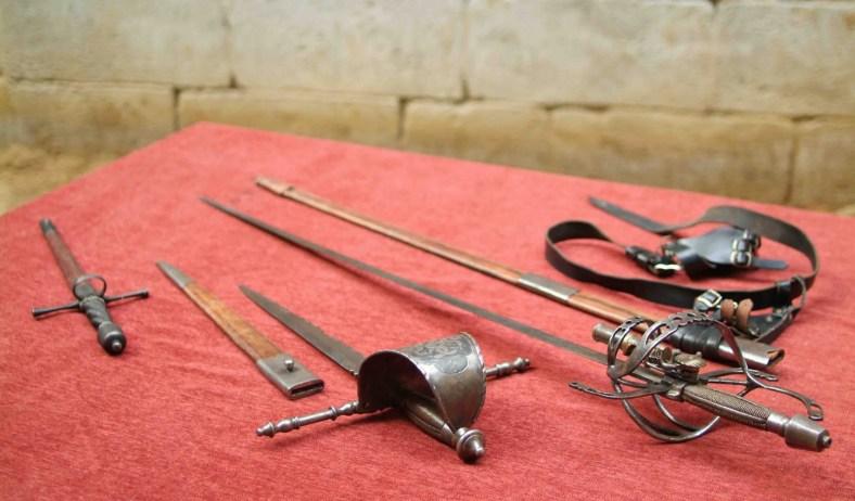 11.102a Armas del Comisario - Puñal, daga de vela y espada-pistola